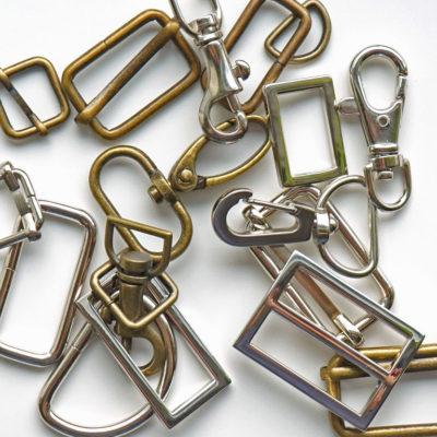 Väskringar, spännen och karbinhakar i metall
